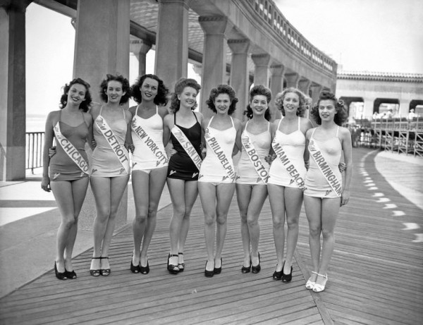 Beauty-Contestants-1945-Thigh-Gap-Photo-Black-and-White-INSET_xapccg